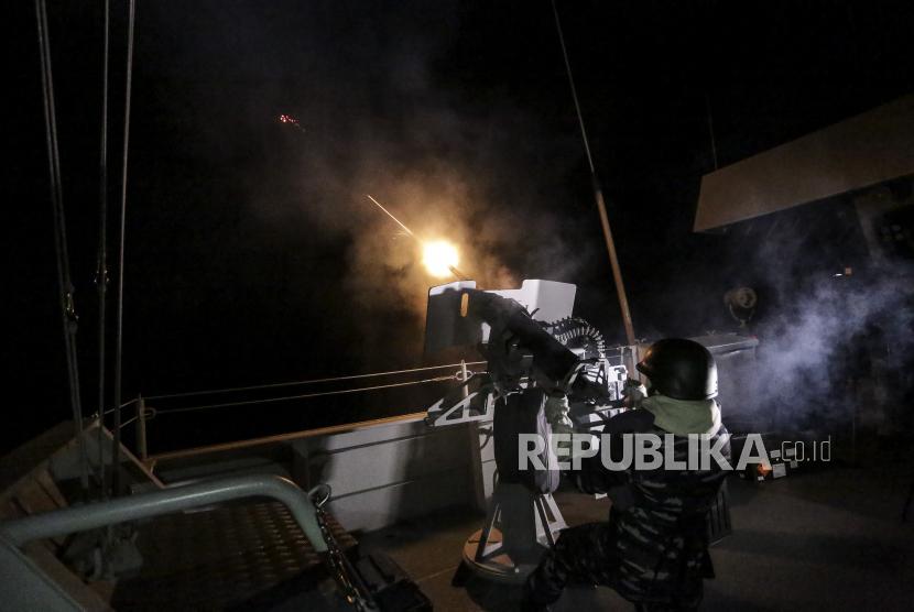 Prajurit TNI AL melakukan latihan tempur anti udara dari atas KRI I Gusti Ngurah Rai di perairan Natuna, Kepulauan Riau, Kamis (8/4/2021). TNI Angkatan Laut (AL) melaksanakan latihan operasi laut gabungan untuk menguji kesiapsiagaan peralatan tempur atau Alutsista di lapangan.