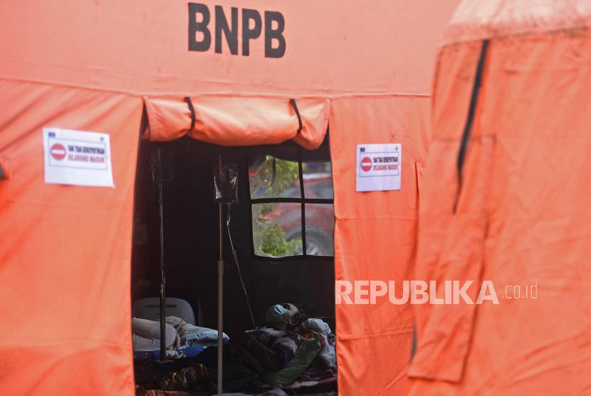 Sejumlah pasien beristirahat didalam tenda darurat. Pemkot Jakpus berencana menambah tenda darurat di RSUD namun terkendala lahan.
