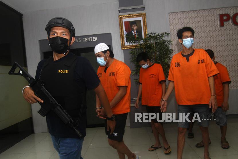 Polisi menggiring beberapa pelaku tindak kejahatan jalanan atau premanisme (ilustrasi).
