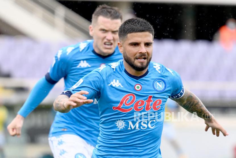 Penyerang Napoli Lorenzo Insigne melakukan selebrasi setelah mencetak gol selama pertandingan sepak bola Serie A Italia antara ACF Fiorentina dan SSC Napoli di stadion Artemio Franchi di Florence, Italia, 16 Mei 2021