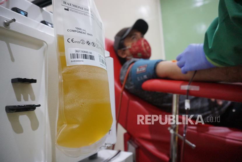 Petugas melakukan tranfusi plasma darah konvalesen penyintas COVID-19.