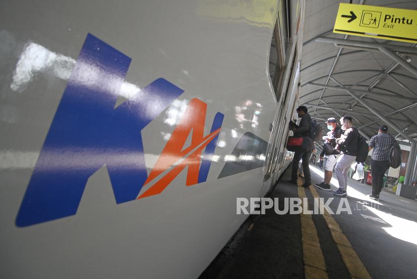 Penumpang memasuki salah satu gerbong kereta api