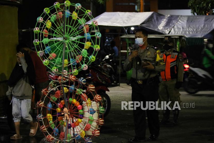 Pemerintah Kota (Pemkot) Surabaya membebaskan retribusi bagi pedagang kaki lima Sentra Wisata Kuliner (SWK) yang tersebar di seluruh Kota Pahlawan. Pembebasan retribusi itu dilakukan mengingat masih diterapkannya Pemberlakukan Pembatasan Kegiatan Masyarakat (PPKM) Darurat. (Foto ilustrasi: Pedagang di Taman 10 Nopember, Surabaya, Jawa Timur)
