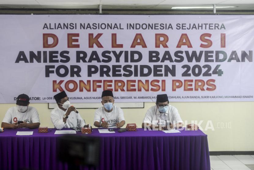 Deklarator dari Aliansi Nasional Indonesia Sejahtera (ANIES) La Ode Basir (kedua kiri) bersama Dani Kusuma (kiri), M. Iqbal Siregar (kedua kanan) dan M. Ambardi (kanan) memberikan keterangan saat konferensi pers tentang Deklarasi Anies Baswedan for Presiden 2024 di Gedung Joang 45, Jakarta, Rabu (20/10). Kelompok relawan ANIES mendeklarasikan dukungan untuk Gubernur DKI Jakarta Anies Baswedan untuk maju pada pemilihan presiden tahun 2024. Republika/Putra M. Akbar