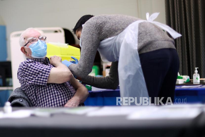 Jamaah masjid Al Abbas Islamic Center, Balsal Heath,  Birmingham Inggris menerima suntikan vaksin Covid-19, Kamis (21/1). Diharapkan sekitar 300 hingga 500 orang menerima vaksin di tempat ini.