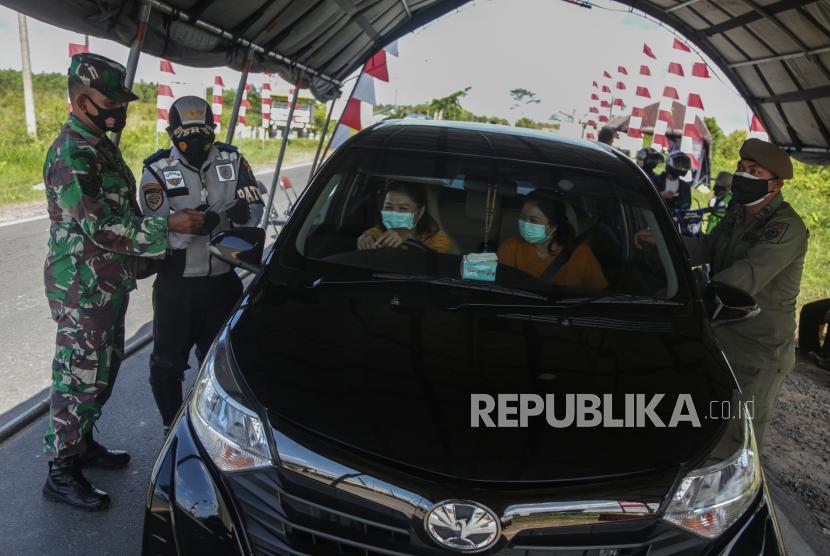Petugas gabungan memeriksa sertifikat vaksin pengendara mobil (ilustrasi)