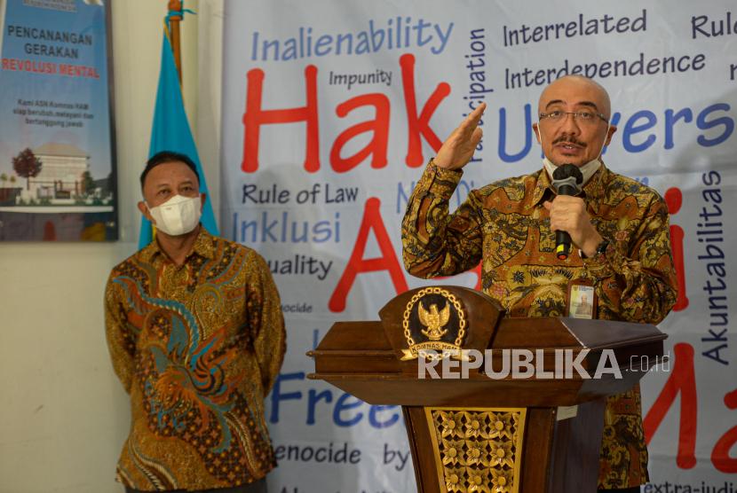 Ketua Badan Kepegawaian Nasional (BKN) Bima Haria Wibisana (kanan) bersama Komisioner Choirul Anam (kiri) saat menyampaikan konferensi pers di Gedung Komnas HAM, Jakarta, Selasa (22/6). Bima Haria Wibisana menghadiri panggilan Komnas HAM untuk dimintai keterangan terkait dugaan pelanggaran HAM dalam penyelenggaraan Tes Wawasan Kebangsaan (TWK) terhadap 75 pegawai KPK dalam proses alih status menjadi Aparatur Sipil Negara (ASN). Republika/Thoudy Badai