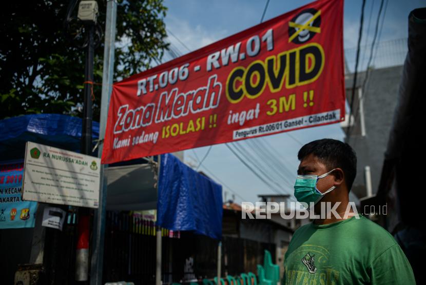 Warga beraktivitas di zona merah Covid-19 Jalan Madrasah RT 006 RW 001, Gandaria Selatan, Cilandak, Jakarta Selatan, Selasa (22/6). Kawasan tersebut memberlakukan mikro lockdown setelah sebanyak 17 warga dinyatakan positif Covid-19 yang diduga berasal dari klaster mudik. Republika/Thoudy Badai