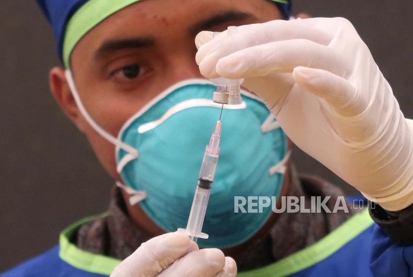 Tenaga kesehatan mempersiapkan vaksin (ilustrasi).