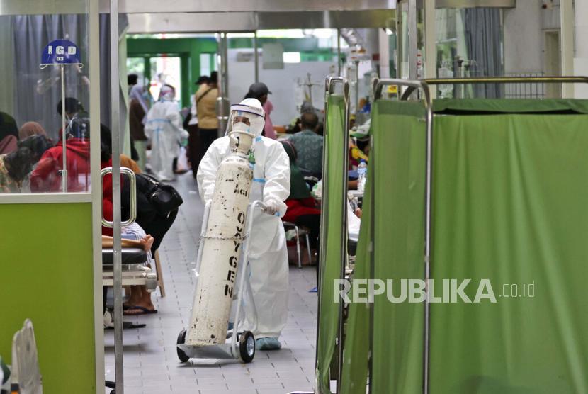 Seorang paramedis mendorong tangki oksigen di ruang gawat darurat sebuah rumah sakit yang penuh sesak di tengah kasus COVID-19, di Surabaya, Jawa Timur, Indonesia, Jumat, 9 Juli 2021.