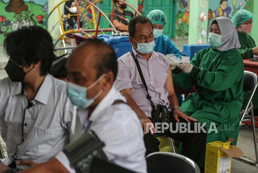 Seorang warga menerima suntikan vaksin COVID-19 saat gebyar vaksinasi bagi masyarakat umum di Palangkaraya, Kalimantan Tengah, Kamis (16/9). Menteri Kesehatan, Budi Gunadi Sadikin mengungkapkan rata-rata setiap tahunnya pemerintah mengeluarkan Rp 490 triliun untuk belanja kesehatan.