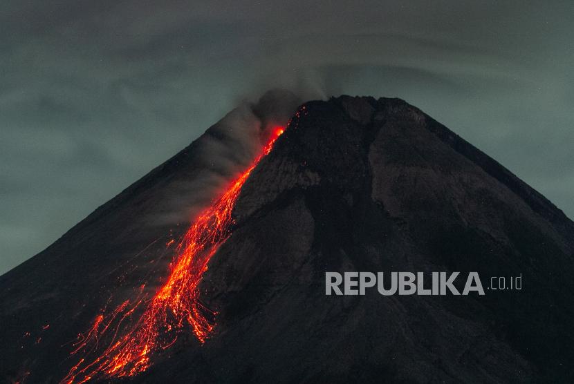 Lava pijar berguguran dari puncak Gunung Merapi terlihat di Turi, Kabupaten Sleman, DI Yogyakarta, Ahad (25/4/2021).
