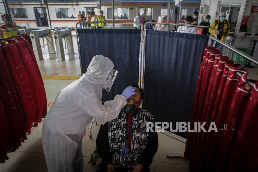 Petugas melakukan tes antigen kepada calon penumpang kereta (ilustrasi).