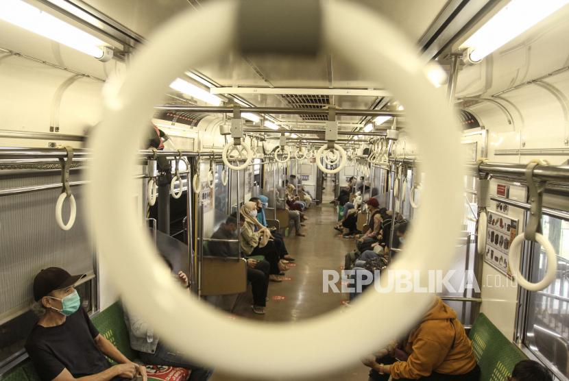 [Ilustrasi] Penumpang berada di dalam gerbong Kereta Rel Listrik (KRL) Yogya-Solo.