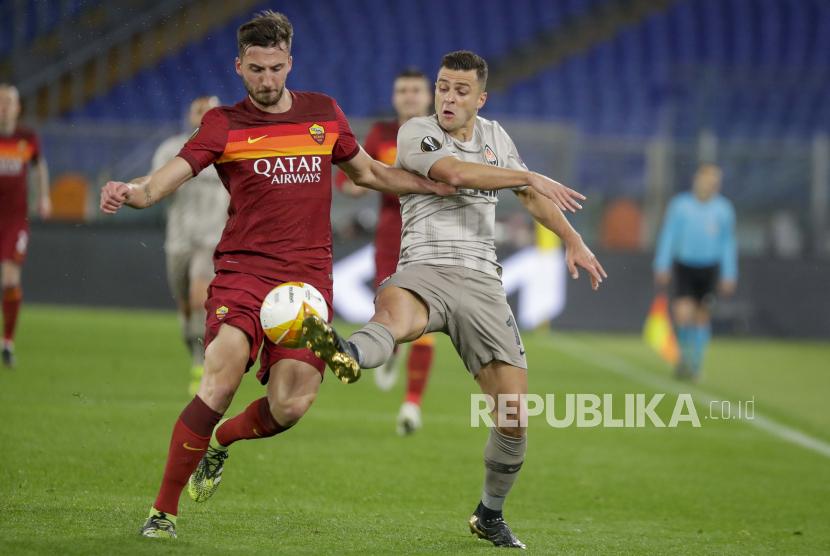Gelandang AS Roma, Bryan Cristante (kiri).
