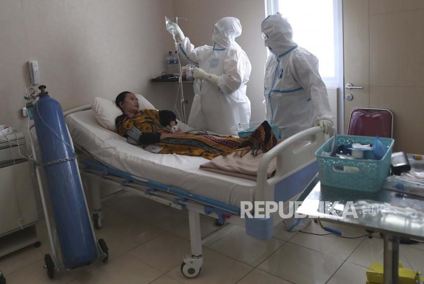 Petugas kesehatan merawat pasien COVID-19 di Rumah Sakit Umum Dr. Suyoto, Jakarta, Indonesia, Kamis, 29 Juli 2021. Indonesia mengalami gelombang kasus virus corona yang dahsyat, dipicu oleh varian delta mematikan yang pertama kali terdeteksi di India.