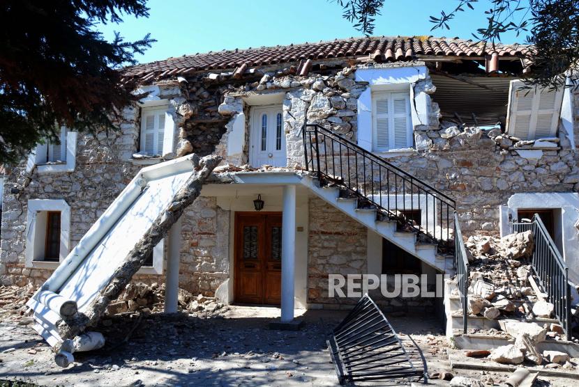 Rumah-rumah yang rusak akibat gempa bumi, di Damasi, Thessaly, Yunani tengah, 04 Maret 2021.