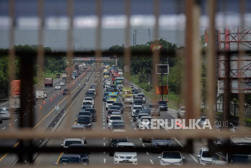 Kendaraan memadati tol Jakarta-Cikampek di kawasan Karawang, Jawa Barat, Kamis (24/12). PT Jasa Marga (Persero) Tbk optimistis kinerja sepanjang 2020 tetap positif.