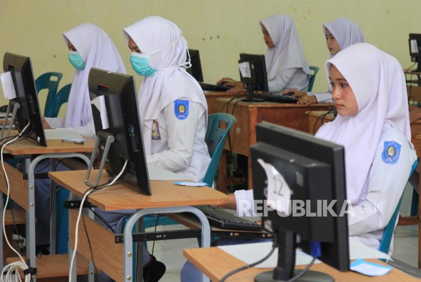 DPR-Kemendikbud Sepakat UN Ditiadakan. Sejumlah siswa mengikuti Ujian Nasional Berbasis Komputer (UNBK) di Sekolah Menengah Kejuruan (SMK) Negeri 1 Idi, Kabupaten Aceh Timur, Aceh.