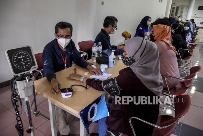 Sejumlah tenaga kesehatan mengikuti tahap verifikasi dan pemeriksaan kesehatan saat Gebyar Vaksinasi Covid-19 Dosis 2 di Gedung Sasana Budaya Ganesha (Sabuga), Kota Bandung, Rabu (17/2/2021).