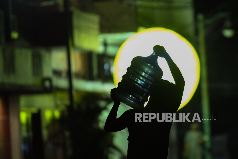 IDI: Jangan Longgarkan PPKM di DKI Jakarta. Seorang pekerja mengangkat air galon saat pemberlakuan PPKM di kawasan Blok M Jakarta, Rabu (21/7/2021). Pemerintah mengeluarkan dua aturan terkait perpanjangan PPKM, diantaranya penutupan pusat perbelanjaan dan pelarangan makan ditempat bagi restoran di wilayah Jawa-Bali yang masuk PPKM level 4 dan pembukaan opersiaonal pusat perbelanjaan hingga pukul 17.00 WIB dan pembatasan pengunjung sebesar 25 persen saat PPKM level 3 di 28 kabupaten/kota.