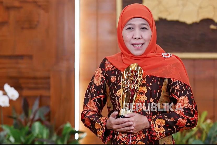 Gubernur Jawa Timur Khofifah Indar Parawansa memberikan sambutan dalam acara Anugerah Syariah Republika 2020 yang diselenggarakan secara daring di Jakarta, Senin (21/12). Foto : Tangkapan Layar/Edwin Putranto/Republika