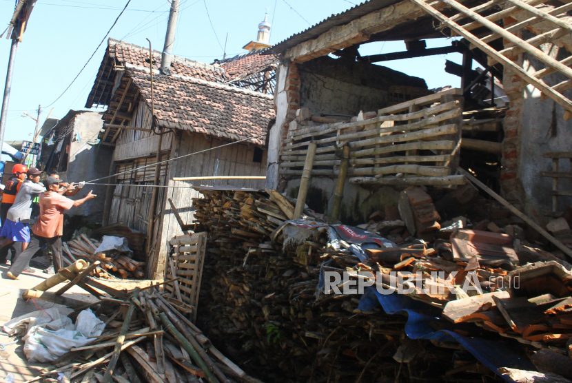 Warga dan relawan merobohkan rumah korban gempa di Majangtengah, Malang, Jawa Timur, Senin (12/4/2021). Hal tersebut dilakukan untuk mengantisipasi jatuhnya korban lagi karena banyak bangunan korban gempa sudah tidak layak huni.