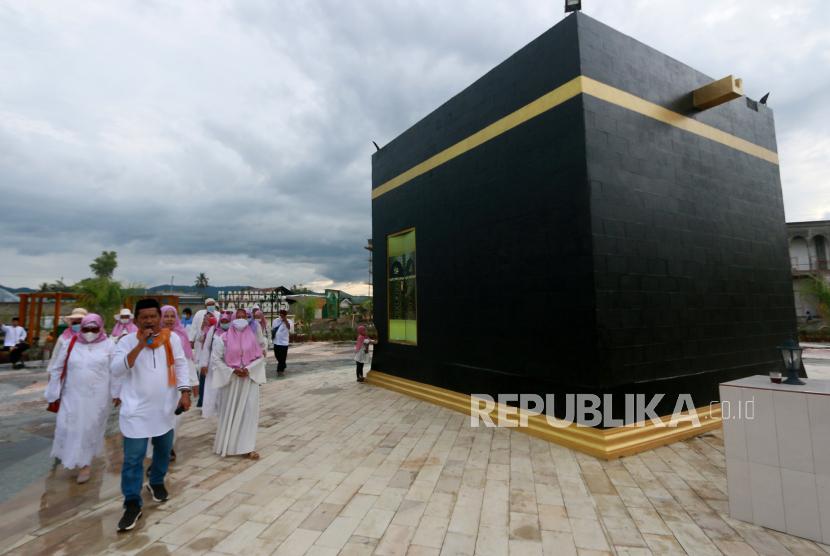 Umat Islam melakukan simulasi tawaf di replika Kabah di Asrama Haji di Kota Gorontalo, Gorontalo, Sabtu (6/3/2021).