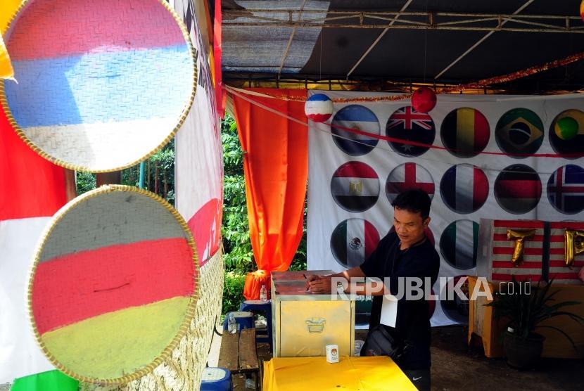 Warga memasukan surat suara saat Pilkada serentak 2018 di TPS 19, Sempur, Bogor, Jawa Barat, Rabu (27/6).