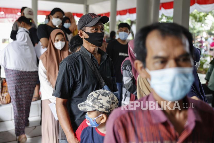Orang-orang mengantri untuk mendapatkan suntikan vaksin Covid-19 Pfizer-BioNTech Comirnaty selama kampanye vaksinasi di Depok (ilustrasi)