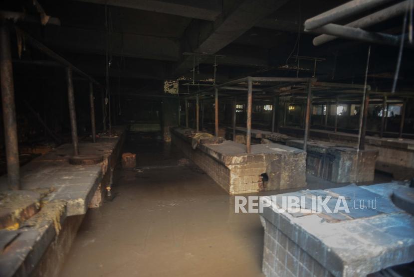 Suasana Pasar Inpres Blok C Pasar Minggu pasca kebakaran di Jakarta, Selasa (13/4). Kebakaran yang diduga akibat arus pendek tersebut menghanguskan sekitar 389 kios di gedung Blok C dengan total kerugian ditaksir mencapai Rp 2 miliar. Republika/Thoudy Badai