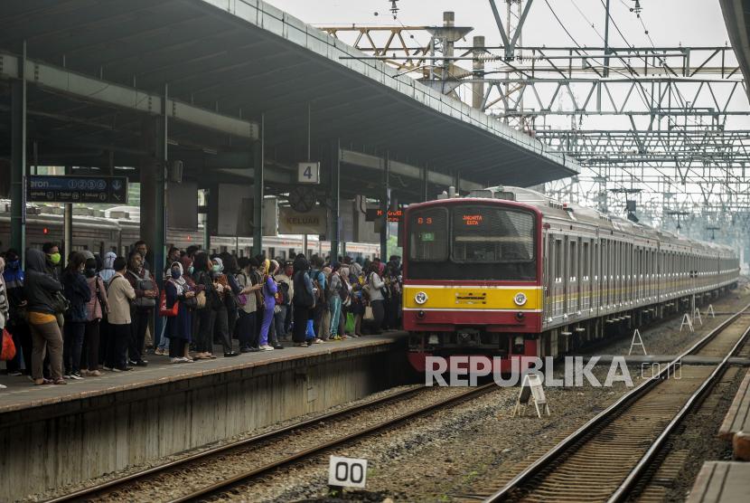 Mulai Hari Ini Jam Operasional Krl Commuterline Ditambah Republika Online