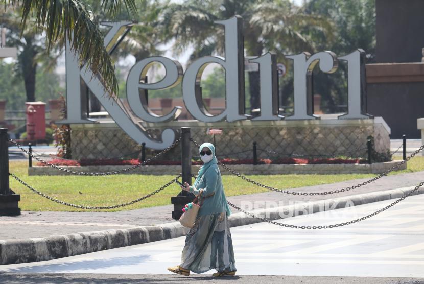 Seorang pengunjung melintas di depan Monumen Simpang Lima Gumul (SLG) yang masih ditutup di Kediri, Jawa Timur, Jumat (10/9/2021). Sejumlah obyek wisata di Kediri masih belum dibuka meskipun daerah tersebut mengalami penurunan status Pemberlakuan Pembatasan Kegiatan Masyarakat (PPKM) dari level 3 menjadi PPKM level 2.