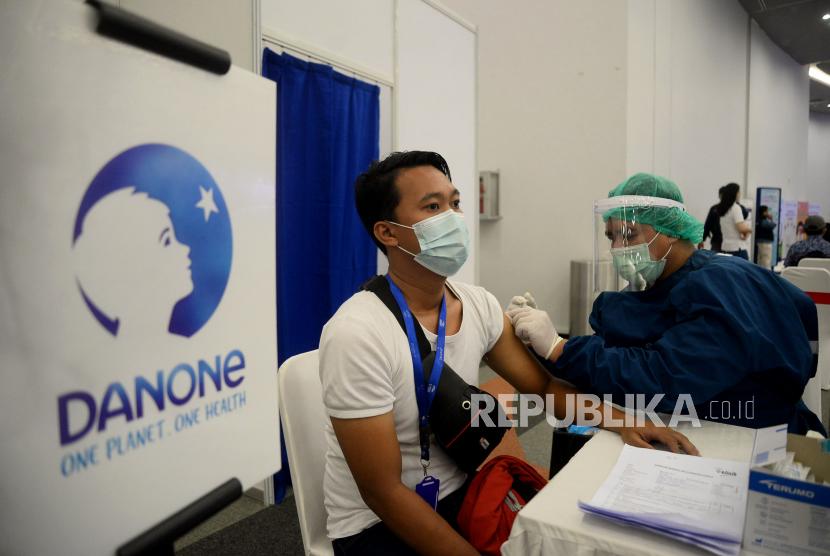 Petugas medis menyuntikan vaksin Covid-19 kepada karyawan Danone Indonesia saat pelaksanaan Vaksinasi Covid-19 Gotong Royong Danone Indonesia di Sentul, Bogor, Jawa Barat, Kamis (17/6). Danone Indonesia melaksanakan Vaksinasi Gotong Royong tahap pertama yang diberikan kepada 5000 karyawan di wilayah Jabodetabek dan Jawa Barat pada tanggal 8-24 Juni 2021 di 17 titik vaksinasi sebagai upaya dukungan percepatan pemulihan ekonomi dan kesehatan nasional.Prayogi/Republika.