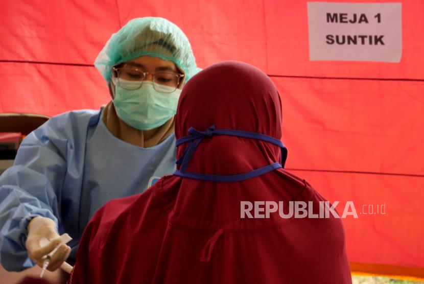 Ratusan Pelaku Wisata Yogyakarta Divaksinasi Covid-19. Warga mengikuti vaksinasi massal Covid-19 di Joglo Parangtritis, Bantul, Yogyakarta, Rabu (30/6). Kegiatan vaksinasi ini merupakan bagian dari serbu vaksinasi Covid-19 Indonesia. Sebanyak 969 warga menjadi sasaran vaksinasi pada hari pertama ini.