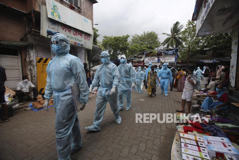 Petugas kesehatan India yang mengenakan alat pelindung diri tiba untuk mengambil bagian dalam kamp pemeriksaan di perkampungan kumuh di Mumbai, India, Rabu, 17 Juni 2020.
