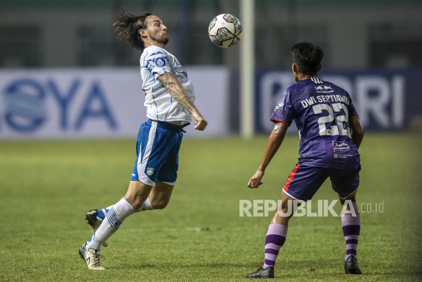 Pesepak bola Persib Bandung Marc Anthony Klok (kiri)
