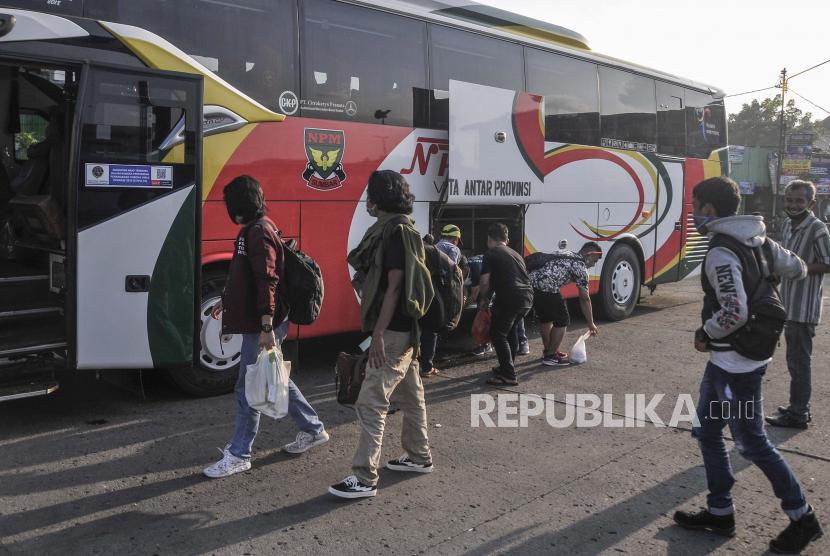 Sejumlah pemudik menaiki bus AKAP, (ilustrasi).  Anggota Komisi IX DPR RI, Netty Prasetiyani Aher, meminta pemerintah mengkaji ulang terkait kebijakan mudik lebaran 2021.