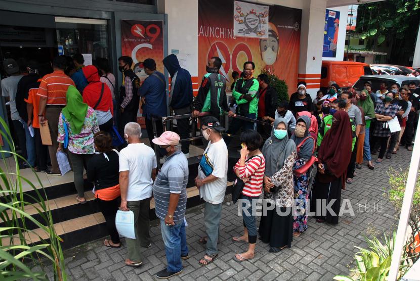 Warga antre mengambil Bantuan Sosial. (Ilustrasi
