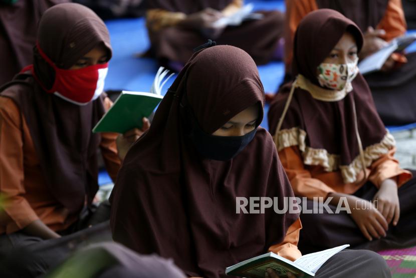 Pelajar SD Negeri 42 memakai seragam pramuka dilengkapi atribut kerudung (jilbab) saat mengikuti aktivitas belajar mengajar di Banda Aceh, Aceh, Jumat (5/2/2021). Tiga menteri dari Kementerian Pendidikan dan Kebudayaan (Kemdikbud), Kementerian Dalam Negeri (Kemendagri) dan Kementerian Keagamaan (Kemenag) meluncurkan Surat Keputusan Bersama (SKB) terkait pakaian seragam dan atribut di lingkungan sekolah negeri.