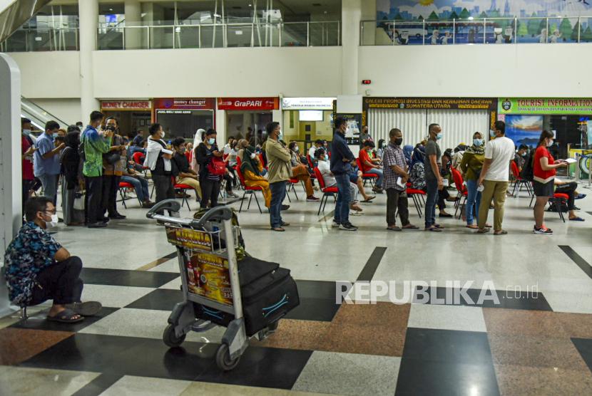 Penumpang Bandara Kualanamu Wajib Unduh App PeduliLindungi. Calon penumpang antre untuk mengikuti vaksinasi COVID-19 di Bandara Kualanamu, Deli Serdang, Sumatra Utara, Selasa (6/7/2021). Angkasa Pura (AP) II Bandara Internasional Kualanamu bekerja sama dengan KKP Kemenkes Kelas 1 Medan membuka Layanan Vaksinasi bagi warga dan calon penumpang pesawat di lingkungan bandara tersebut.
