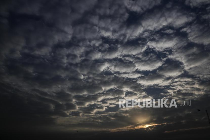 Matahari terbenam di balik awan yang berbentuk pola di Kolkata, India, Senin, (18/5). Bangladesh telah mengajukan banding ke PBB untuk menyelesaikan perselisihan demarkasi maritim dengan India di Teluk Benggala selatan.