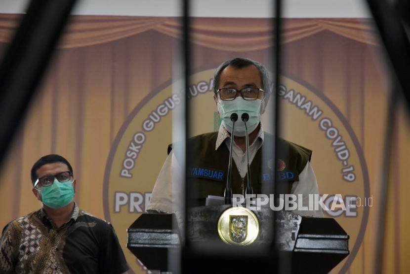 Gubernur Riau Syamsuar (kanan).