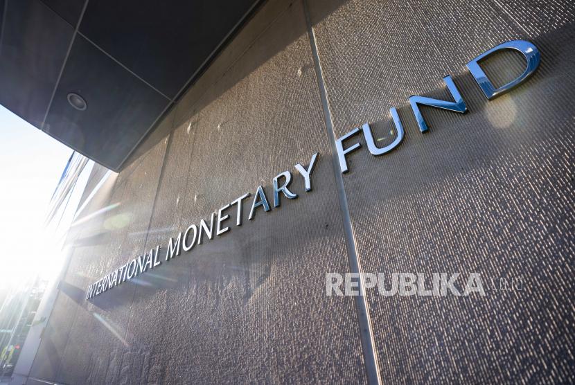 Logo Dana Moneter Internasional (IMF) di luar kantor pusatnya di Washington, DC, AS, 14 Oktober 2020.