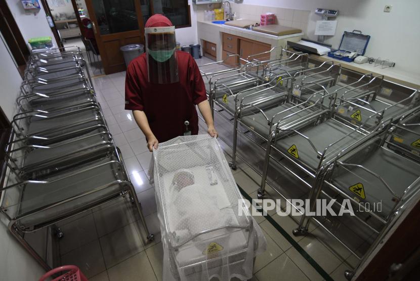 Perawat mengantarkan bayi yang dirawat di sebuah rumah sakit. (ilustrasi)