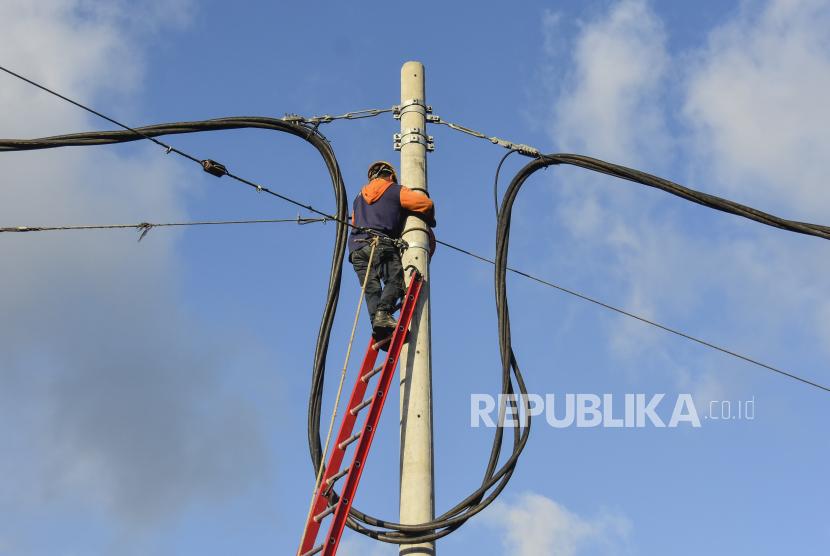 Petugas PLN melakukan pemasangan kabel baru di Desa Sengkol, Kecamatan Pujut, Praya, Lombok Tengah, NTB, Ahad (19/9). PLN menyatakan, konsumsi listrik naik 4,5 persen.