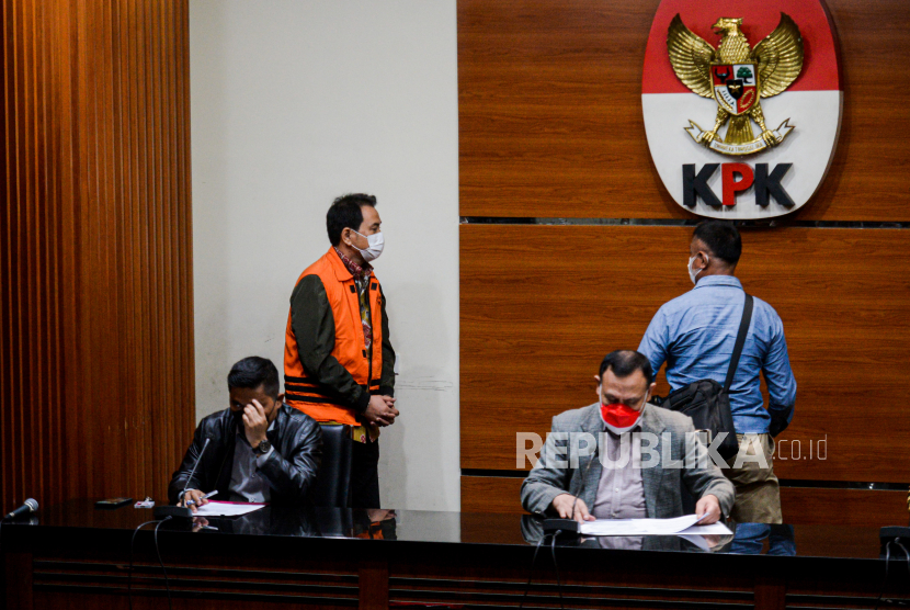 Wakil Ketua DPR RI Azis Syamsuddin mengenakan rompi tahanan saat konferensi pers penahanan  di Gedung Merah Putih KPK, Jakarta, Sabtu (25/9). KPK resmi menahan Azis Syamsuddin setelah ditetapkan sebagai tersangka dalam kasus dugaan suap penanganan perkara di Kabupaten Lampung Tengah.Republika/Thoudy Badai