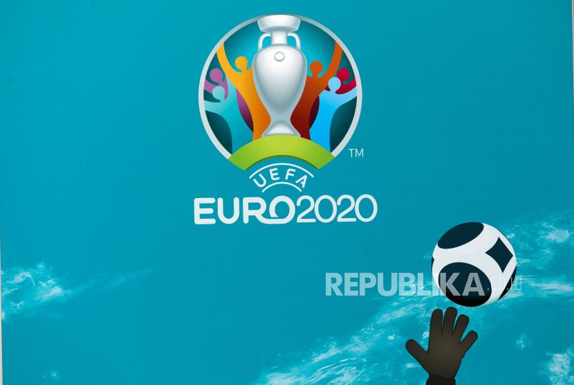 Logo EURO 2020 terlihat di luar Stadion Wembley menjelang turnamen sepak bola UEFA EURO 2020 di London, Inggris, 11 Juni 2021. Turnamen dimulai pada 11 Juni 2021 dengan final di Stadion Wembley pada 11 Juli 2021.