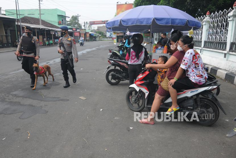 Sejumlah anggota Brimob Polda Jawa Tengah dan tim K9 Polres Boyolali melakukan patroli di sekitar Asrama Haji Donohudan, Ngemplak, Boyolali, Jawa Tengah, Senin (14/6/2021). Patroli yang dilakukan di sekitar Asrama Haji Donohudan tersebut bertujuan untuk mengantisipasi pasien orang tanpa gejala (OTG) COVID-19 kontak langsung dengan orang dari luar pagar.
