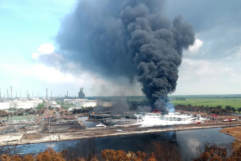 Suasana kebakaran tangki minyak milik Pertamina RU VI Balongan, Indramayu, Jawa Barat, Rabu (31/3/2021).